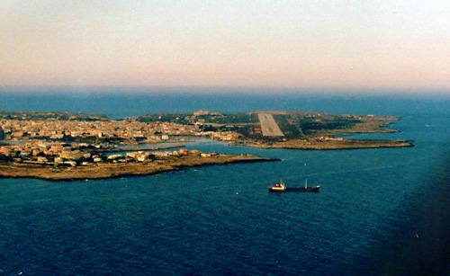 Do 28 Anflug auf Flughafen Isola di Lampedusa